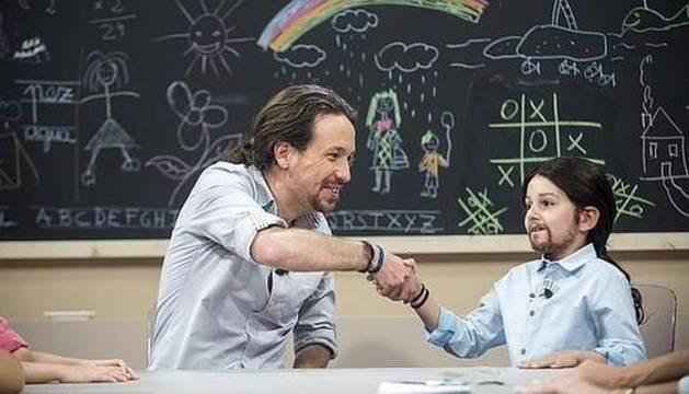 Iglesias bromea con un niño vestido de él durante el programa de '26-J quiero gobernar'.