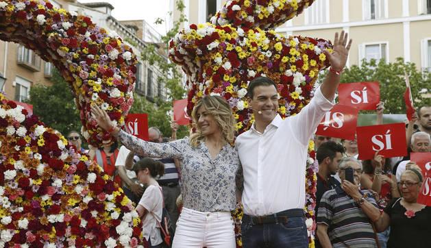 El secretario general y candidato del PSOE, Pedro Sánchez, junto a su mujer Begoña Gómez, en el acto de inicio de la campaña electoral