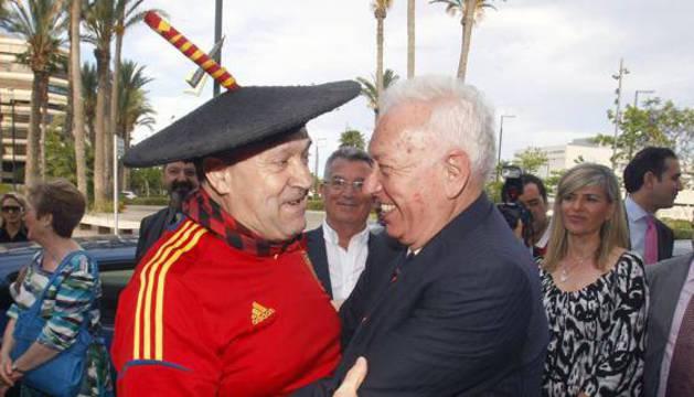 José Manuel García Margallo (d), saluda a Manolo el del bombo.