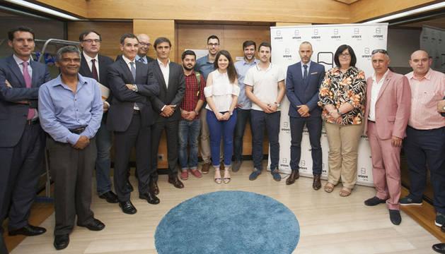La directora gerente de Sodena junto a los miembros del consejo asesor y a las personas que promueven los proyectos seleccionados.