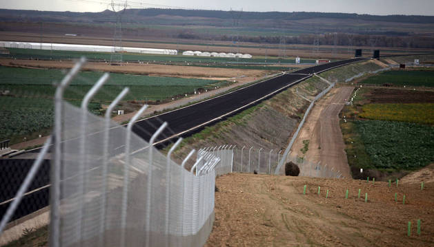 Obras del corredor del Tren de Alta Velocidad junto a la autopista A-68, en Cadreita.