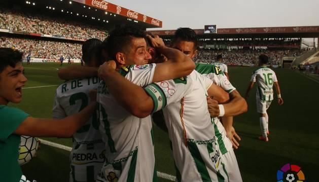 Los jugadores del Córdoba celebran un gol de Xisco.