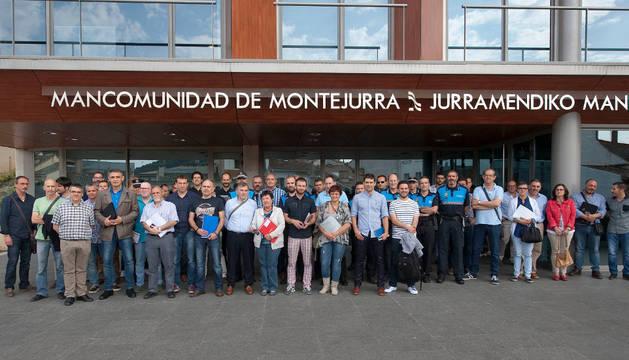Los representantes de los 37 ayuntamientos junto al resto de autoridades forales delante del edificio de Mancomunidad de Montejurra.