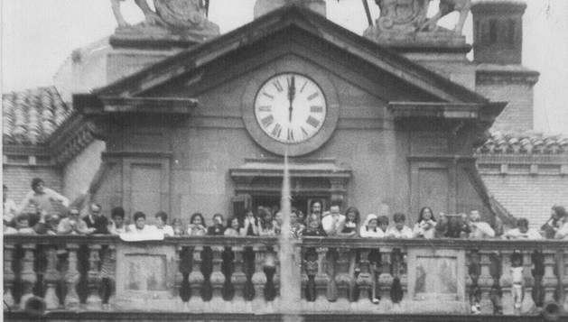 Imagen de la fachada del Ayuntamiento, con el anterior reloj, tomada en 1974.