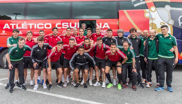 La plantilla de Osasuna posó ante los medios de comunicación instantes antes de montarse en el autobús para salir rumbo a Tarragona, donde hoy se disputará la vuelta de las semifinales del playoff de ascenso.