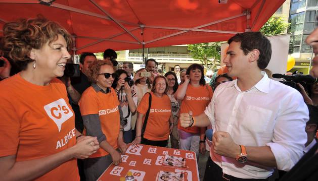 El candidato de Ciudadanos a la Presidencia del Gobierno, Albert Rivera, en un estand de su partido durante la visita que ha realizado a Albacete.