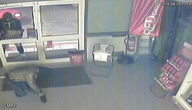 Imágenes de uno de los robos de la banda.