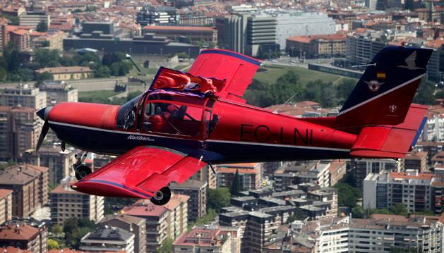 Los pilotos del Real Aeroclub de Navarra, César Santesteban y Ángel Goizueta, sobrevuelan los tejados de Pamplona con una avioneta comprada en Irlanda.