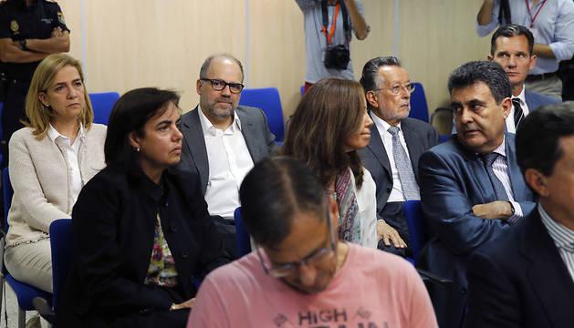 La infanta Cristina (i) y su marido Iñaki Urdangarin (d) asisten a la presentación de las conclusiones del juicio del caso Nóos.