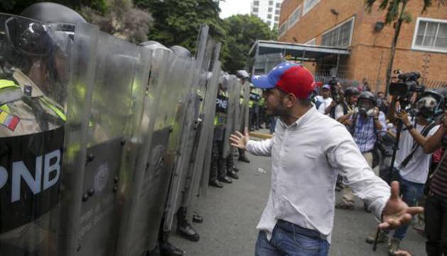 Agentes de Policía venezolanos ante un manifestante opositor.