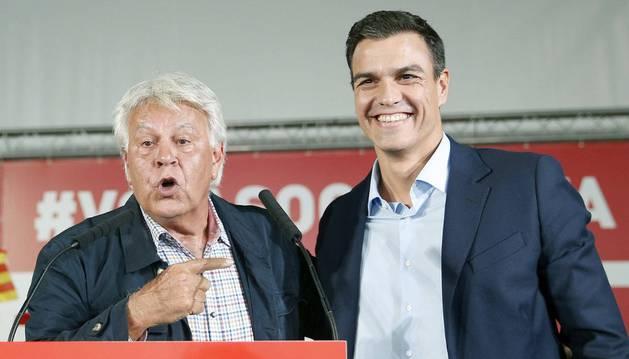 El expresidente del Gobierno Felipe González (i) y el secretario general del PSOE, Pedro Sánchez (d), durante su participación  en L'Hospitalet de Llobregat (Barcelona) en un acto de campaña.