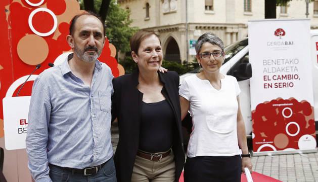 Los candidatos al Congreso y al Senado, Daniel Innerarity (i) y Anika Lujan (d), respectivamente, y la presidenta del Gobierno, Uxue Barkos (c).