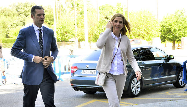 La infanta Cristina y su marido, Iñaki Urdangarin, a su llegada a la sede de la Escuela Balear de la Administración Pública (EBAP) de Palma.