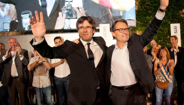 El presidente de la Generalitat y candidato por el CDC, Carles Puigdemont y el expresidente Artur Mas.