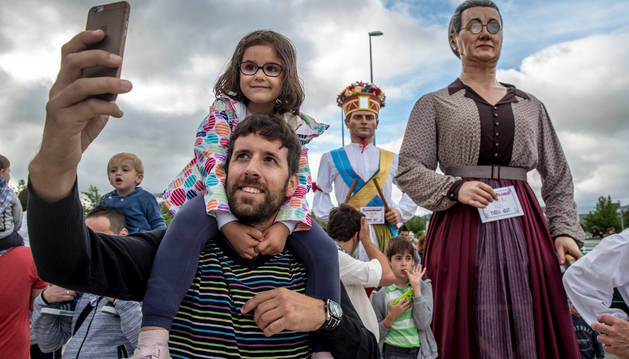 Selfie ante la gigante dantzari y el gigante Jorge Oteiza detrás.