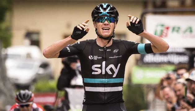 Froome celebra su victoria de etapa en el Dauphiné.