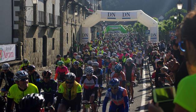 Salida de Ochagavía de los 1.500 ciclistas.