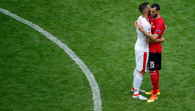 Haris Seferovic se abraza a Mergim Mavraj.