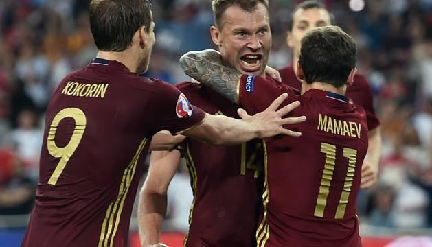 Aleksandr Kokorin, Vasili Berezutski y Pavel Mamaev celebran el gol del empate.