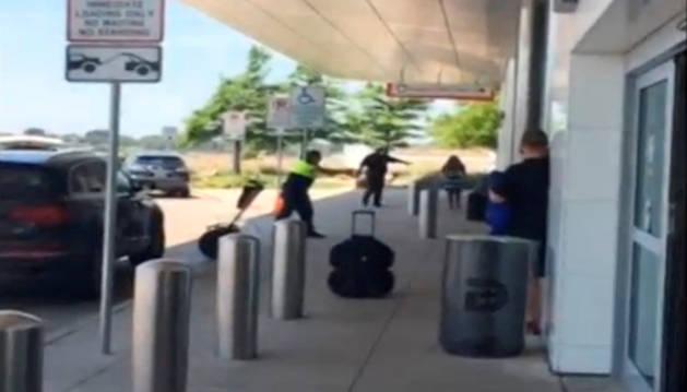 Imagen del vídeo difundido en Redes Sociales del tiroteo en el aeropuerto de Dallas.