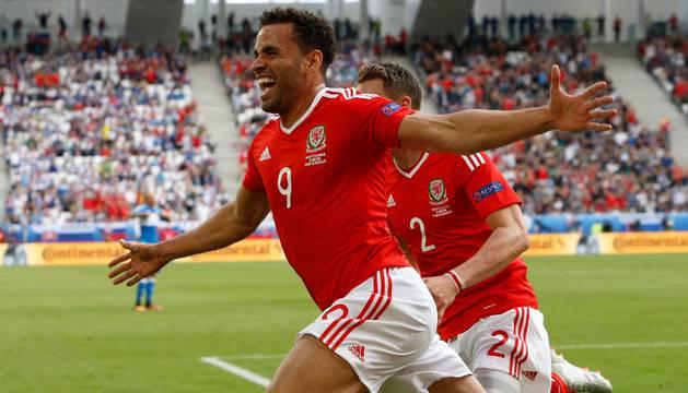 Robson Kanu celebra el gol de la victoria de Gales.