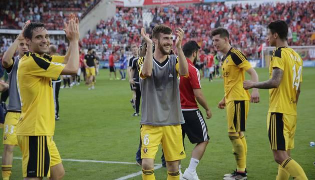 Los rojillos saludan a la afición al final del partido.