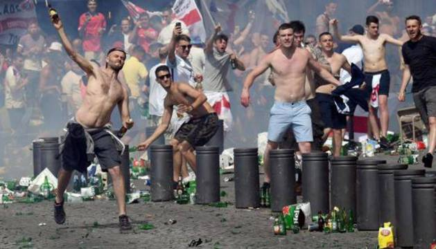'Hooligans' se enfrentan a la Policía en Marsella.
