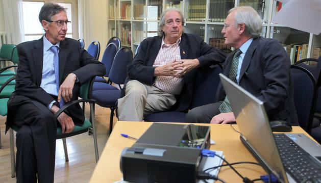 Los expertos en medicina deportiva José Antonio Villegas, Juan José González y José Calabuig charlan antes del coloquio.