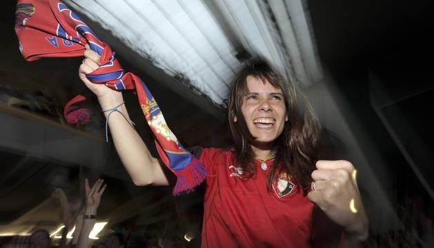 Una aficionada celebra la victoria de Osasuna ante el Nàstic en el frontón Labrit.