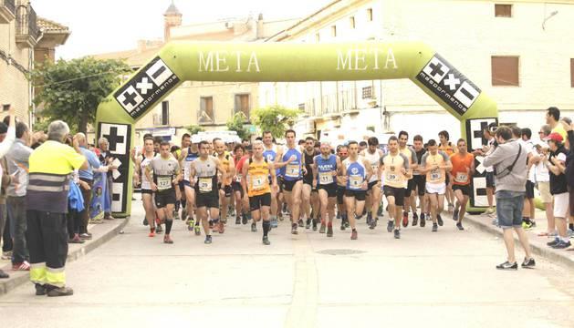 Momento de la salida de la carrera, ayer en Arguedas.