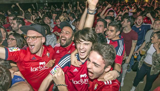 Aficionados celebran el triunfo de Osasuna en el Zentral.