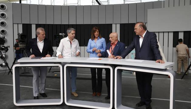 Manuel Campo Vidal y Fernando Navarrete junto a los moderadores Ana Blanco, Vicente Vallés y Pedro Piqueras.