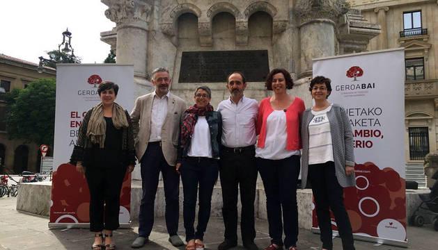 Los candidatos de Geroa Bai, junto al monumento a los Fueros.