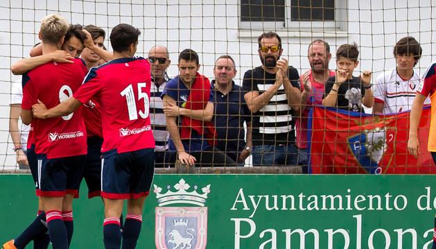 Morillas, Hualde y Jaime abrazan a Carlos Huertas, autor del solitario gol, que dio el pase a Osasuna Promesas ayer en Tajonar.