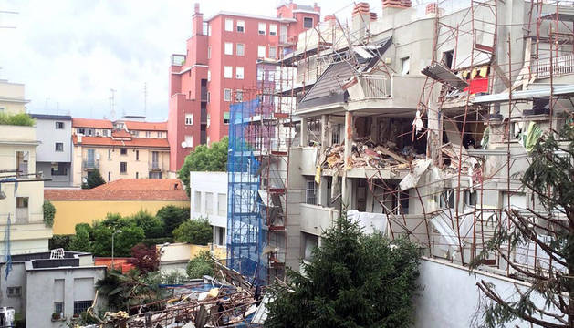 Vista del edificio derrumbado en Milán.