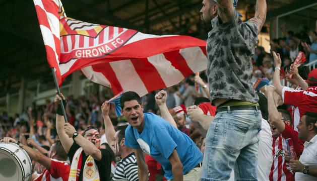 Aficionados del Girona festejan el pase de su equipo a la final del playoff durante el partido de ayer ante el Córdoba.