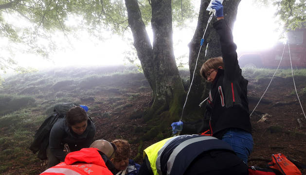 Herida una peregrina australiana al caer por un barranco en Ibañeta