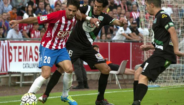 Sobrino protege el balón ante dos jugadores del Córdoba.