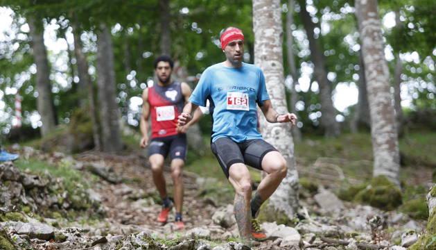 Dos participantes en uno de los descensos más peligrosos.