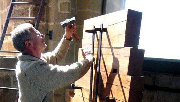 Marcos Portilla arregla el yugo de una de las campanas.