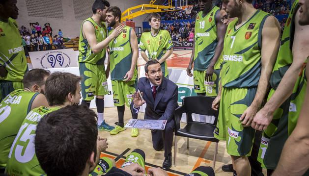 El entrenador Carlos Frade da instrucciones a sus jugadores en el encuentro ante el Coruña.