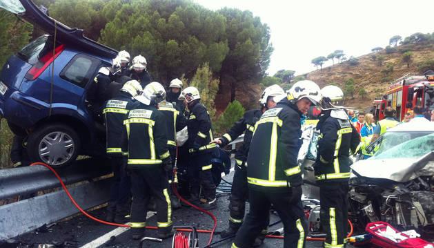 Los bomberos atienden un accidente de tráfico ocurrido en Madrid.