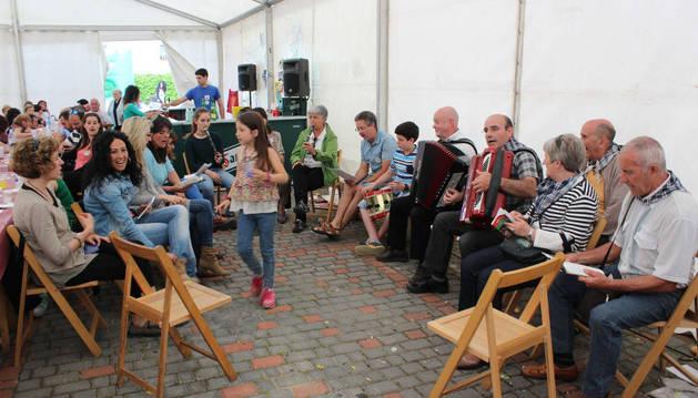 El grupo Esteribar Kantuz amenizó la sobremesa de la comida popular con sus temas.