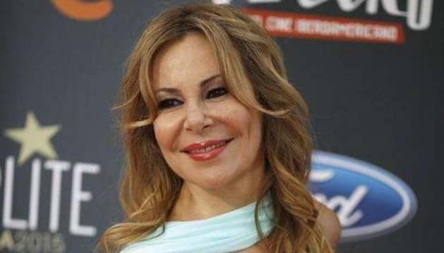 La actriz Ana García Obregón, posando a su llegada a los Premios Platino.
