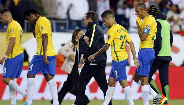 Jugadores de Brasil salen del campo tras perder ante Perú.