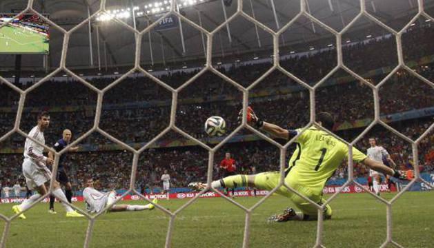 Casillas, encajando un gol ante la mirada de Piqué.