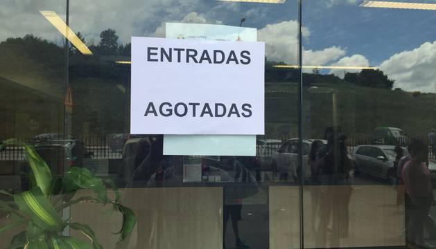 Cartel pegado en las oficinas de El Sadar tras venderse todas las entradas para el partido del miércoles.