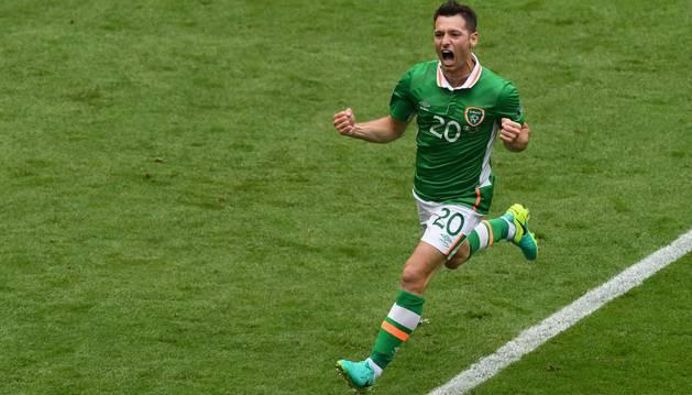 Hoolahan celebra el gol de Irlanda.