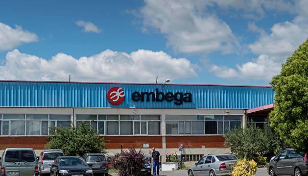 Imagen exterior de la planta Embega, situada en el polígono industrial de Villatuerta.