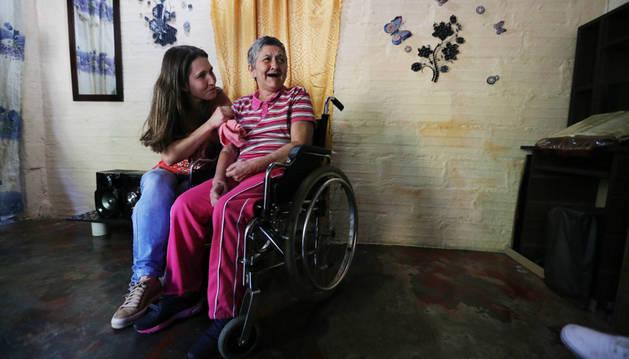 María Nelly, de 62 años, enferma de  alzhéimer que participa en los ensayos, con su hija Yaned, de 35.